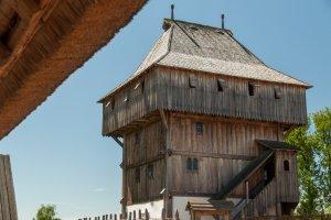 Der Wohnturm aus schweren Holzbohlen überragt alle anderen Gebäude