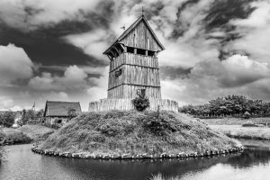 Von einem Wassergraben umgeben thront auf einem aufgeschütteten Hügel der Turm der Turmhügelburg.