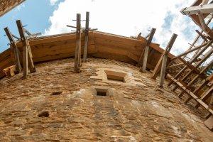 Guédelon: Das Gerüst wandert mit der Mauer in die Höhe.