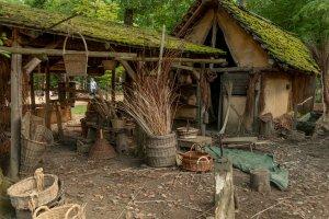 Guédelon: Hütte des Korbmachers
