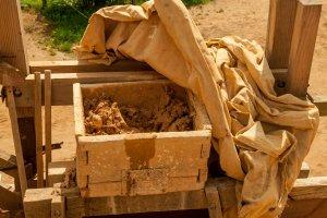 Guédelon: Mörtel für die Arbeit der Maurer