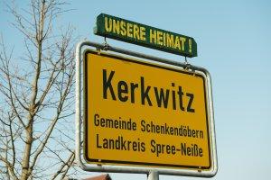 Ortsschild von Kerkwitz ‒ Der Ort soll um 2020 abgebaggert werden