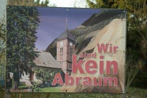Protest gegen Braunkohletagebau in der Lausitz, Plakat vor der Kirche in Atterwasch
