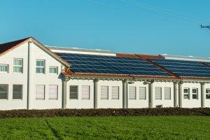 Photovoltaik produziert umweltfreundlichen Strom für eine Druckerei