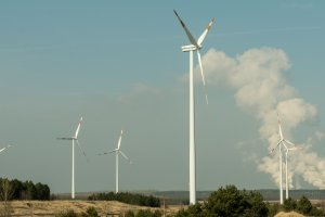 Windkraftanlagen, im Hintergrund das Kohlekraftwerk Jänschwalde