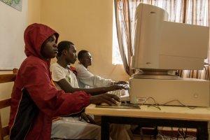 Kinder lernen auch den Umgang mit dem Computer