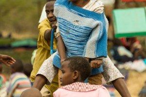 Ehemalige Straßenkinder auf einer Wippe