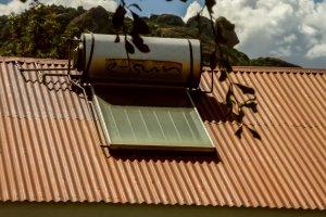 Kleine Solardachanlage für die Versorgung mit warmem Wasser