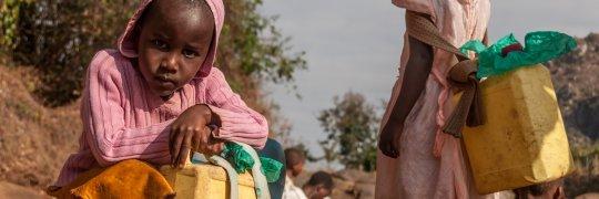 Mädchen mit Wasserkanister