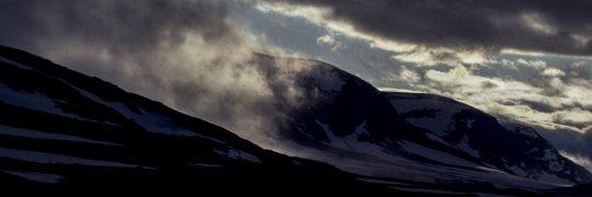 Schneebedeckte Berge mit Wolken